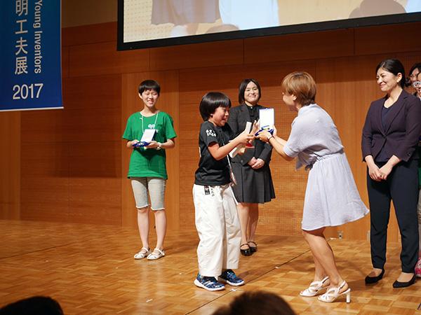 【写真】表彰式での松永悠伽さん 銀メダルを受賞しました!