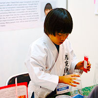 【IEYI2017】「DNAねんど」の仕組みを自作の道具で説明する悠伽さん
