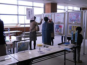 【写真】平成30年「学生児童発明くふう展」「未来の科学の夢絵画展」展示の様子(1)