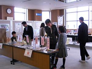 【写真】平成30年「学生児童発明くふう展」「未来の科学の夢絵画展」展示の様子(3)